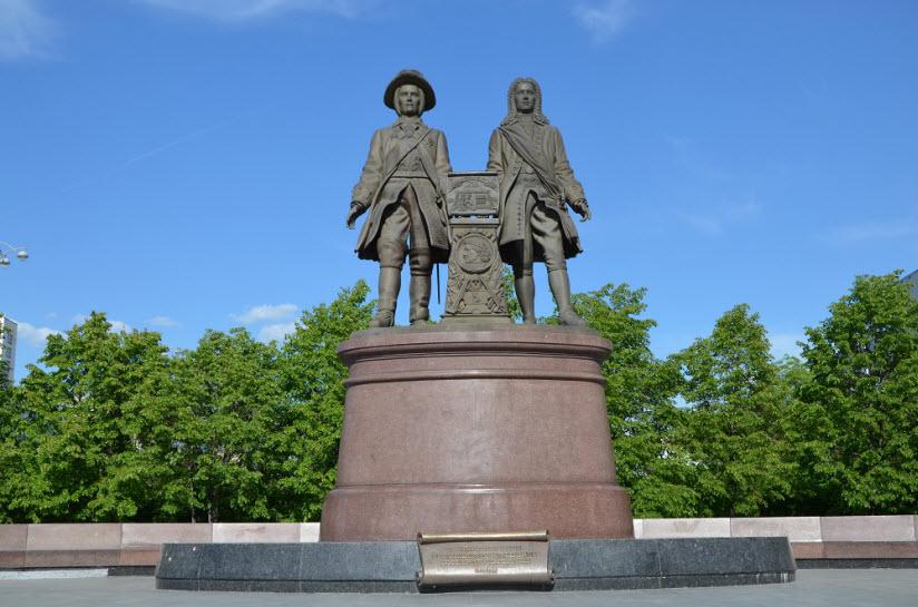 Памятник де Геннину и Татищеву