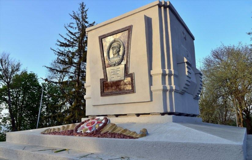 Памятник генералу И.Р. Апанасенко