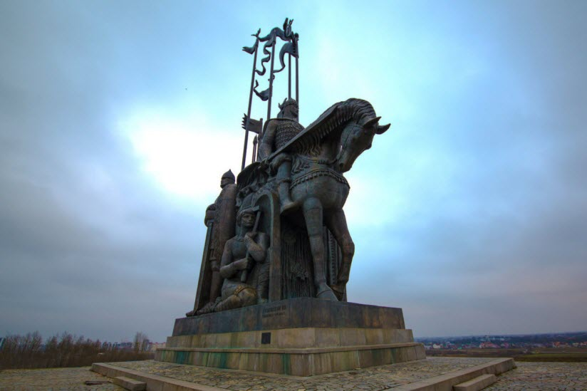 Памятник Александру Невскому с дружиной