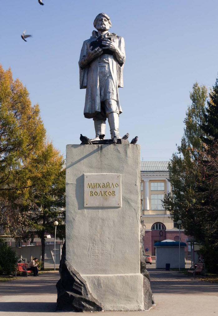 Памятник Михайло Волкову