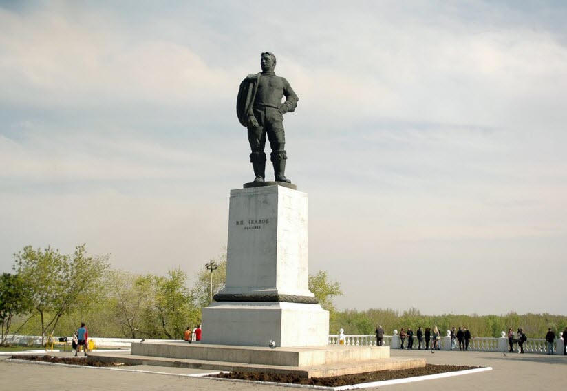 Памятник В. Чкалову