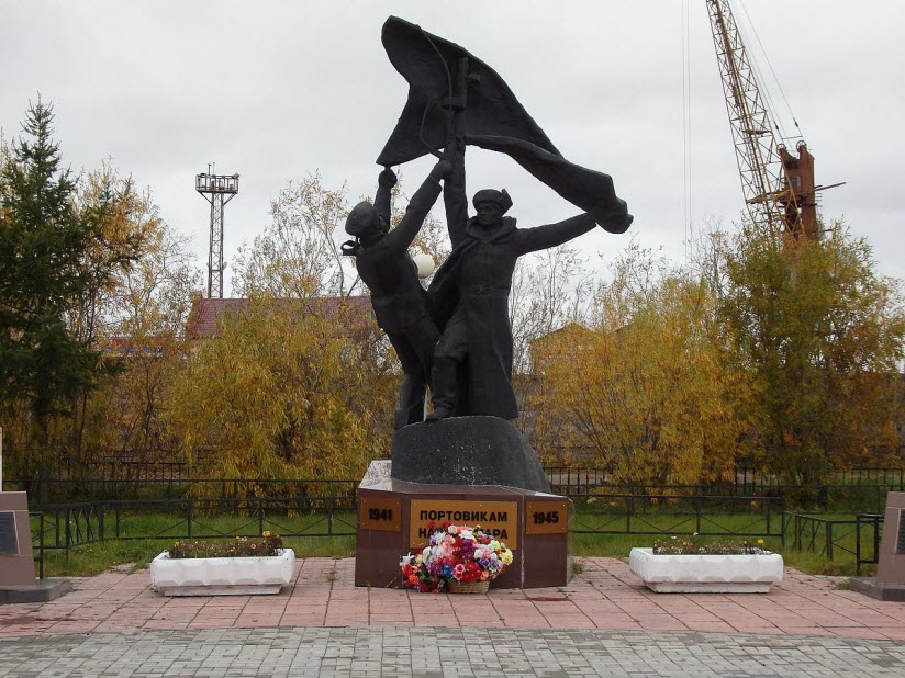 Памятник портовикам