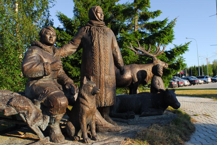 Памятник «Семья ханты на привале»