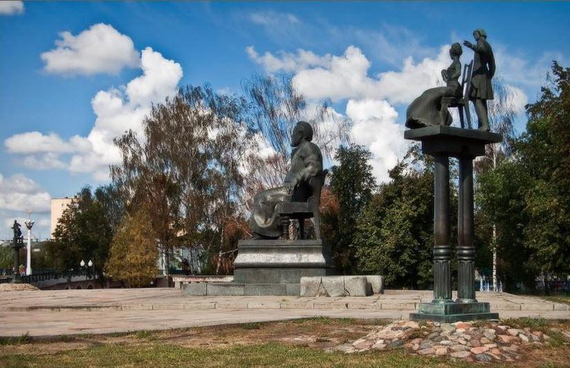 памятник Лескову