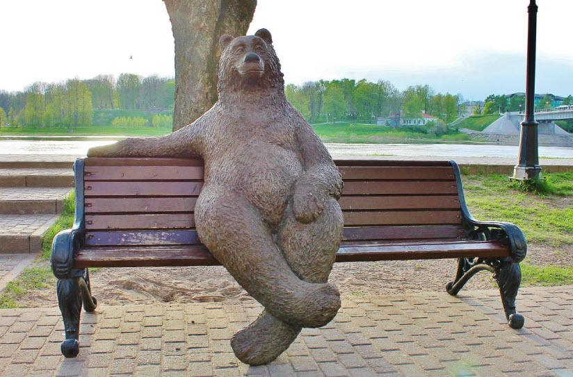 Памятник Медведь на скамейке