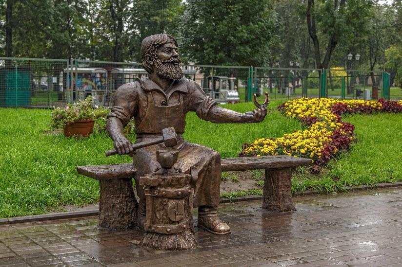 Памятник скобарю