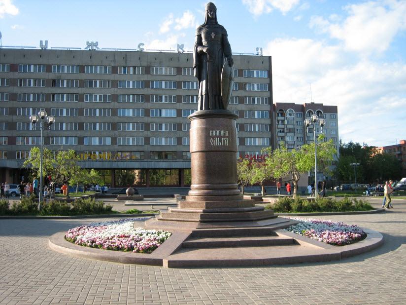 Памятники княгине Ольге на Рижском проспекте