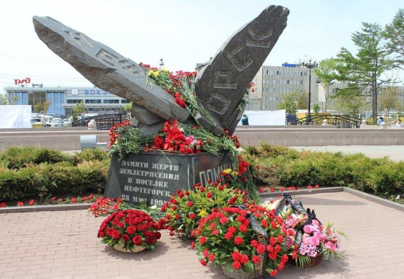 Памятник жертвам землетрясения в Нефтегорске