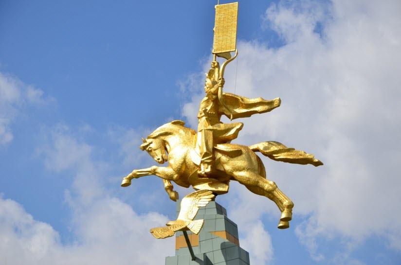 Монумент Золотой всадник