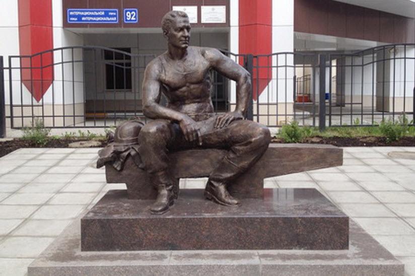 Памятник электромонтеру
