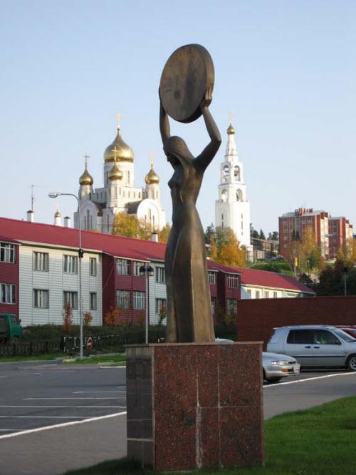 Скульптура «Женщина с бубном»