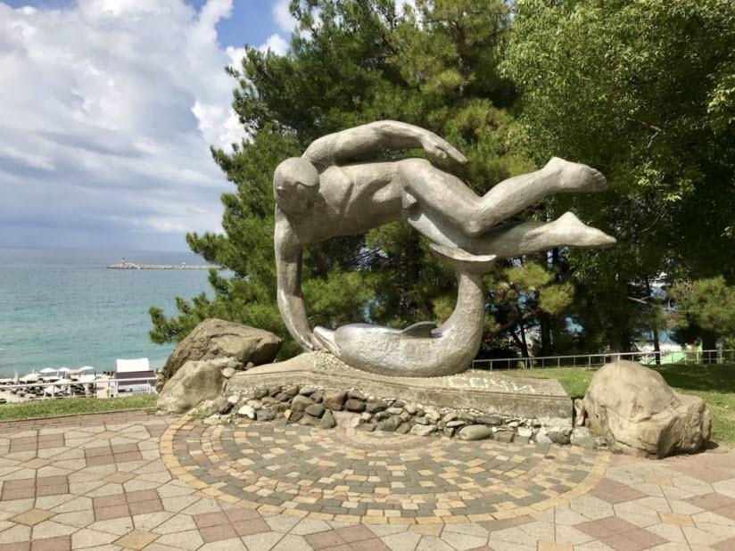 Памятник Пловец и дельфин