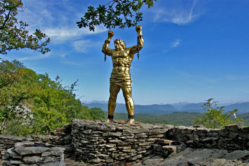Орлиные скалы и памятник Прометею