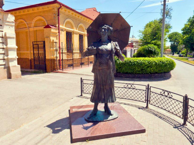 Памятник Ф. Раневской