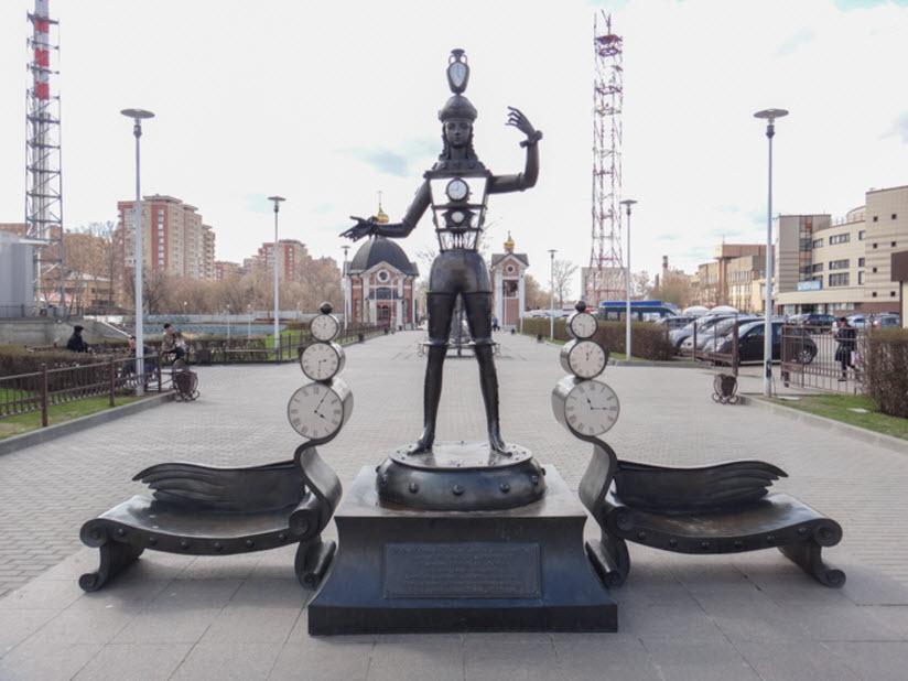 Арт-объект «Человек-часы»