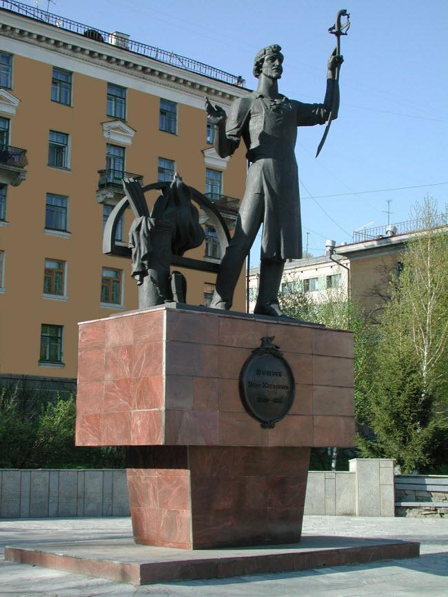 Памятник А. Бушуеву