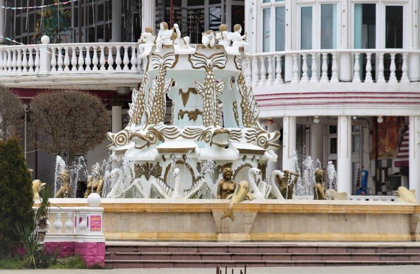 фонтан на набережной в Кабардинке