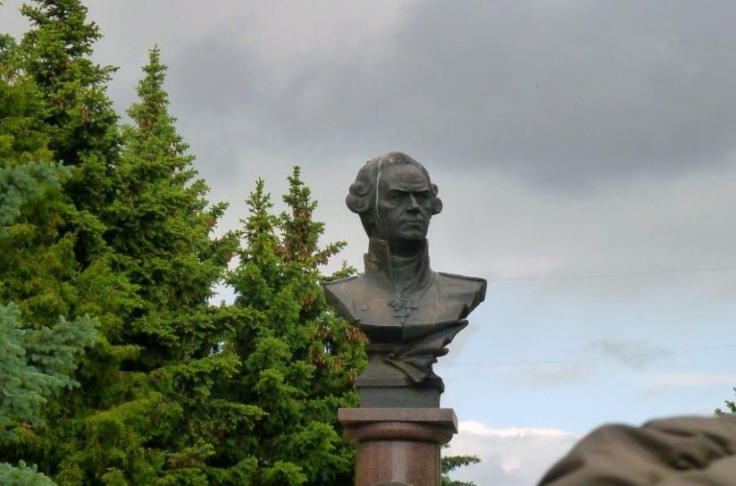 Памятник Ф. Ушакову