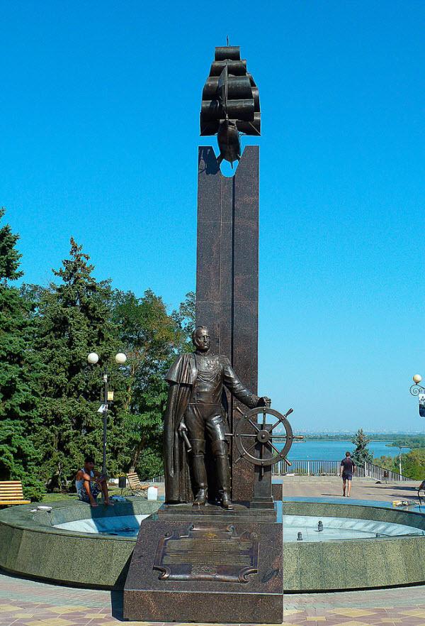 Памятник М. Лазареву