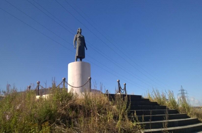 Памятник «Девушка-геолог»