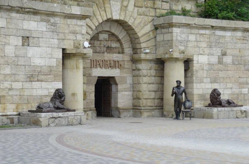 памятник Бендеру на входе в Провал