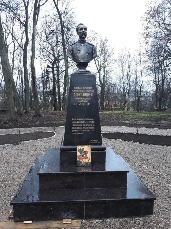 Памятник императору Александру Второму
