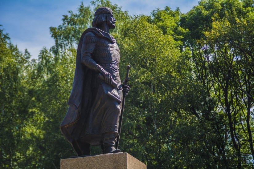 Памятник Святому Благоверному Князю Ростиславу