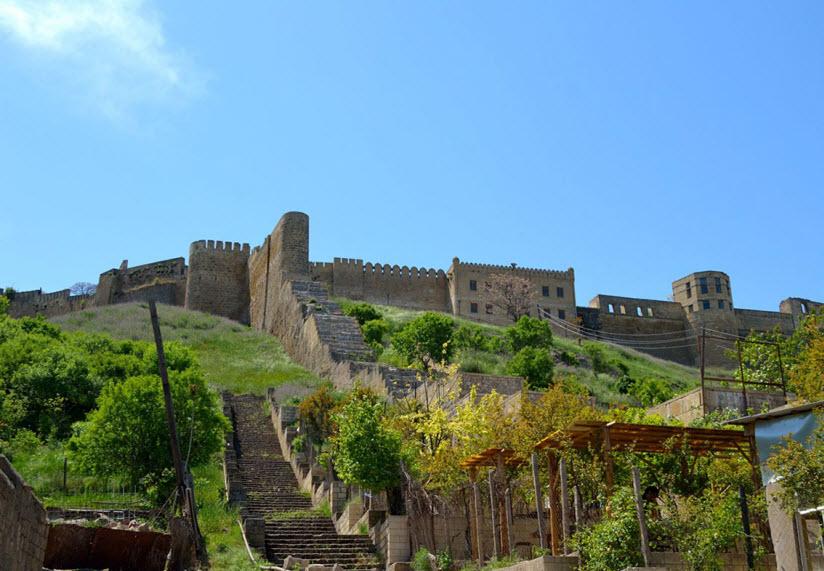 подъем к Дербентской крепости