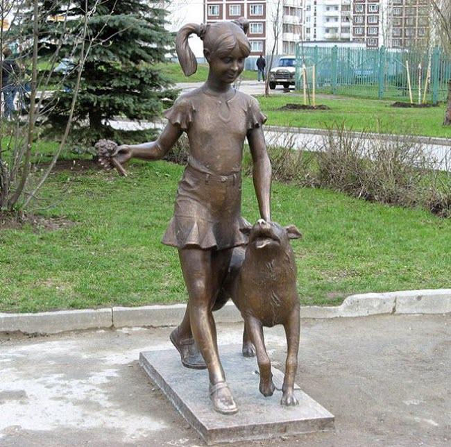 Скульптура девочки с собакой