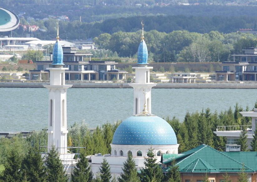 вид мечети на фоне реки и города