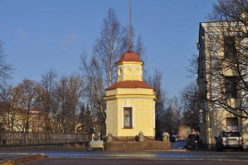 Кронштадтский футшток и здание мареографа