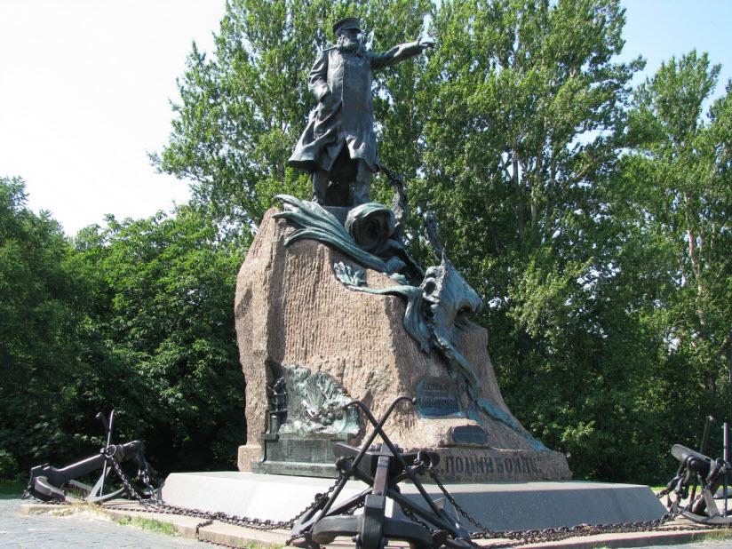 Памятник адмиралу Макарову