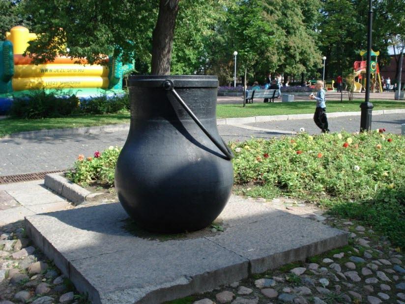 Памятник котлу и герб Кронштадта