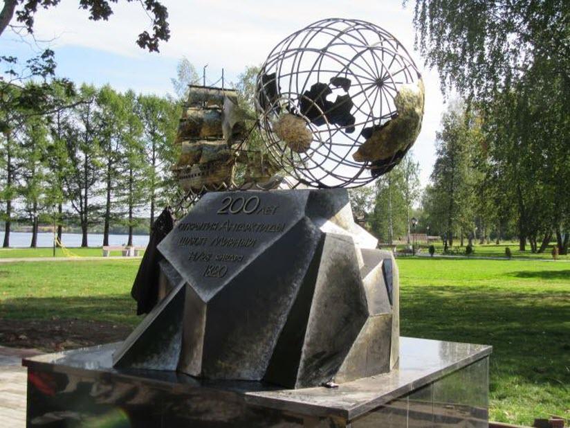 Памятник в честь 200-летия открытия Антарктиды