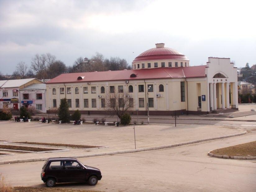 Центральная площадь и банк