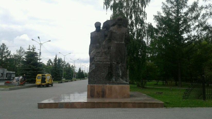 Памятник рабочему и танкисту