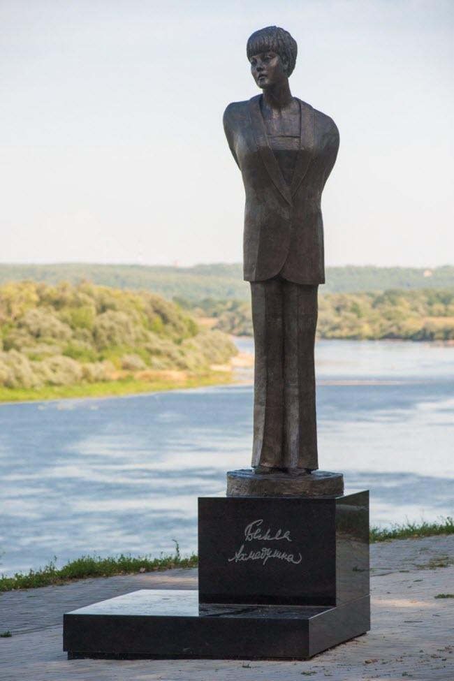 Памятник Белле Ахмадулиной