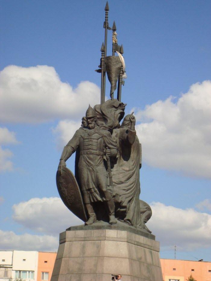 Памятник основателям Сургута