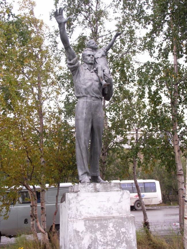 памятник Провожающим