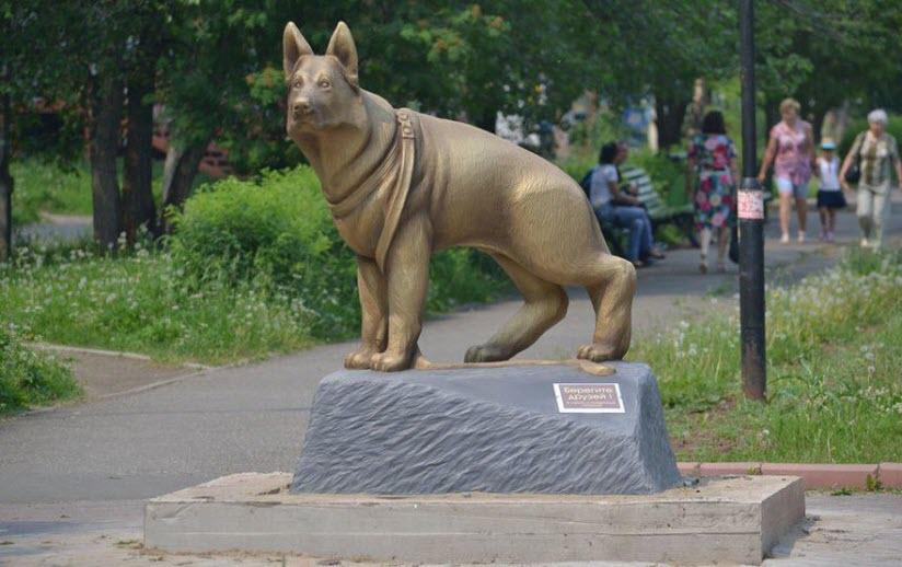 Памятник «Берегите друзей»
