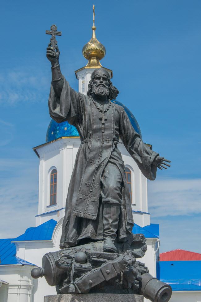 Памятник полковому священнику