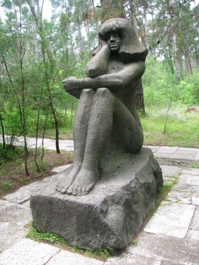 Каменная девушка