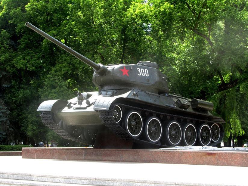 Памятник-танк на могиле генерала Б.С. Бахарова