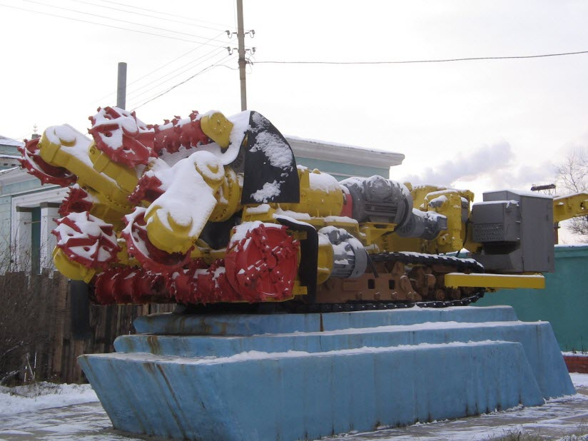 Памятник проходческо-очистному комбайну Урал-10 КСА