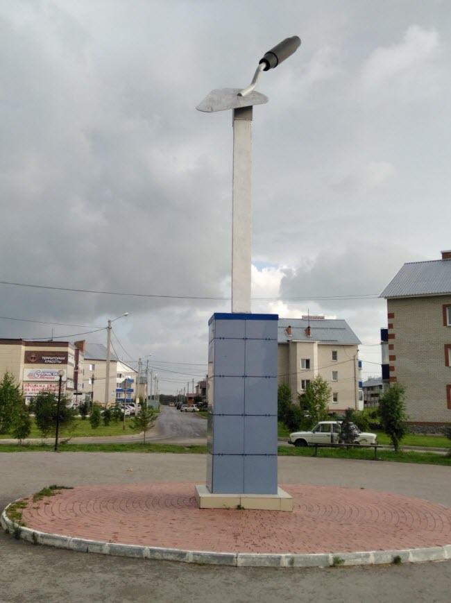 Памятник «Строительный мастерок»