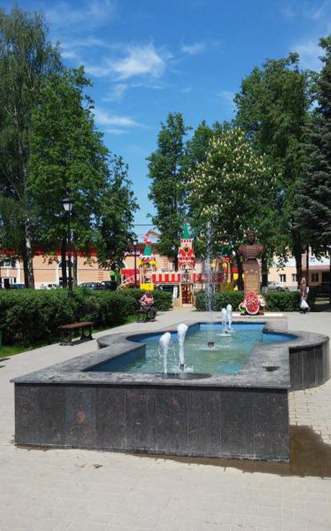Городской сквер с фонтаном