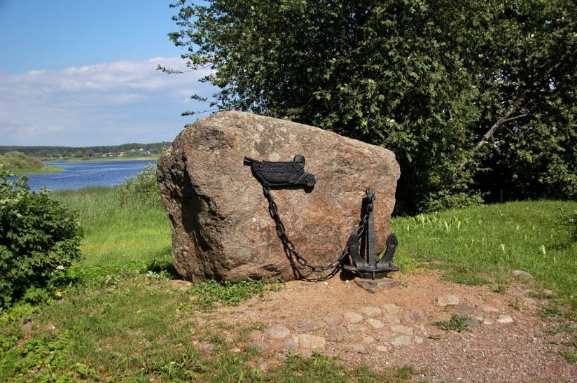 Памятник адмиралу П.И. Рикорду