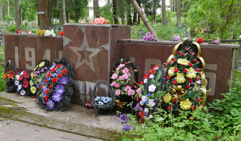 Братская могила на городском кладбище