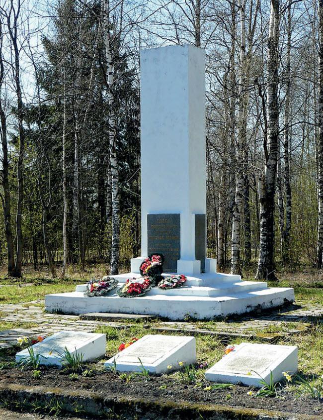 Братская могила советских воинов и мирных граждан