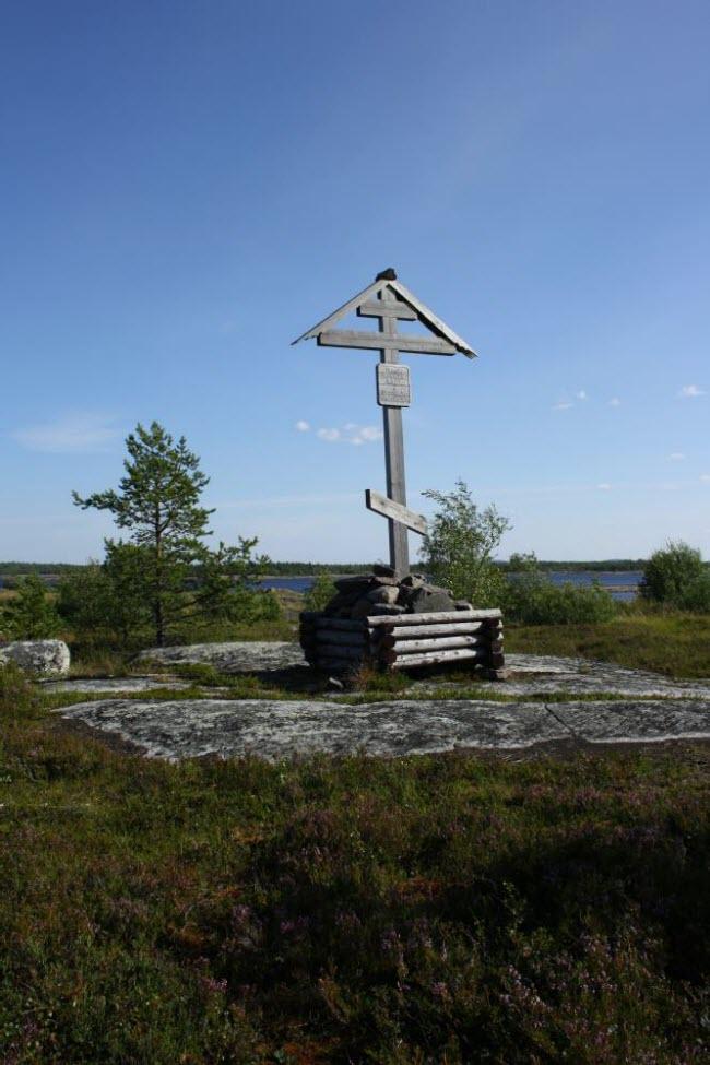 Поклонный крест на месте Кемского пересыльного пункта в п. Рабочеостровск